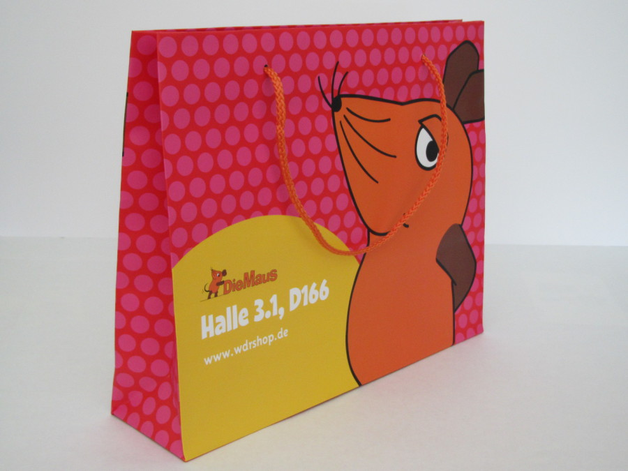 Papiertaschen mit Mattplastifizierung / Mattlaminierung und eingeknoten orangenen PP Kordeln