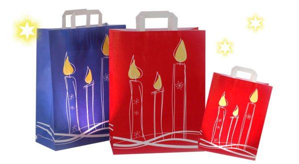 Geschenketüten Weihnachten in rot und blau mit Kerzen bedruckt und weißen Griffen aus Papier