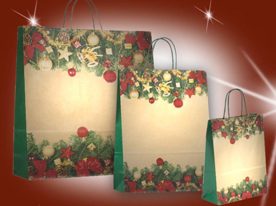 Weihnachtaschen Advent bedruckt mit tannenzweigen kugeln und christbaumschmuck mit grünen Papierkordeln