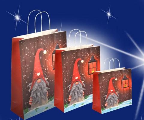 Papiertasche weihnachten mit Weihnachtmotiv wichtel mit roter mütze und grauem bart die seitenfalten wurden rot abgesetzt